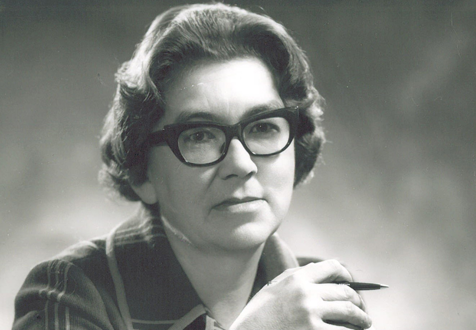 margaret laurence essay The diviners by margaret laurence essay example duly answered by the feminist novelist margaret laurence in her novel the diviners margaret laurence's the diviners is a feminist text which critiques in the patriarchal orthodoxy.