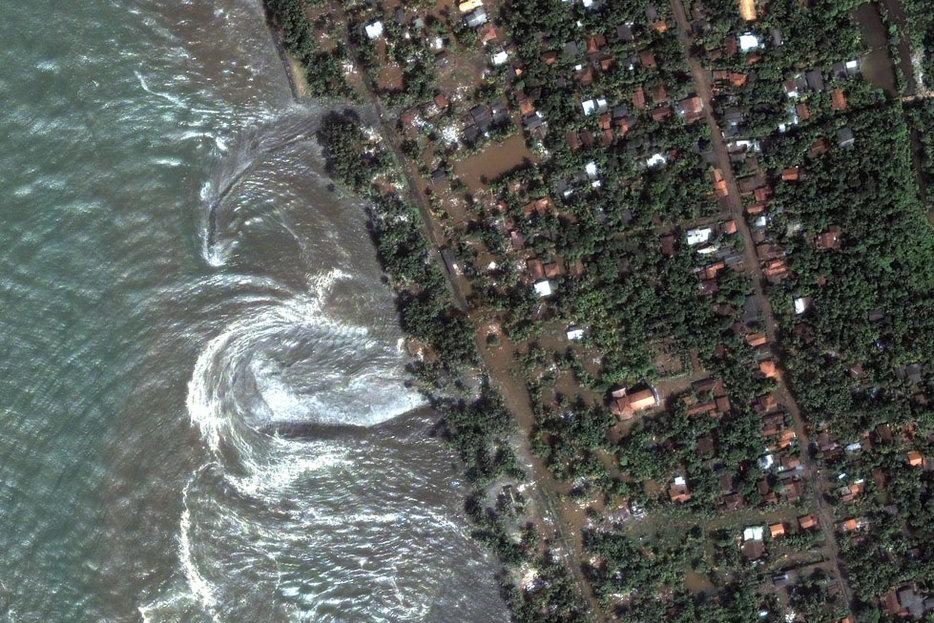 ||NASA Earth Observatory image of the 2004 tsunami hitting the Sri Lanka coast.